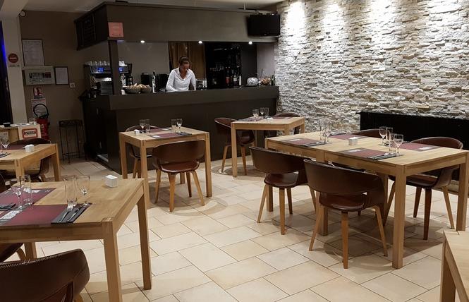 HOTEL RESTAURANT LE RELAIS DE LA VOIE SACREE 2 - Les Trois-Domaines